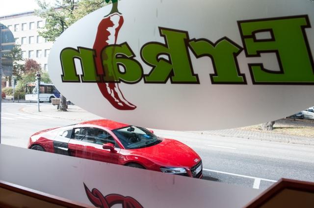 R8 - fast cars, fast food