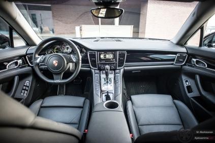 Porsche Panamera S E-Hybridin ohjaamossa on paljon 911:sta piirteitä