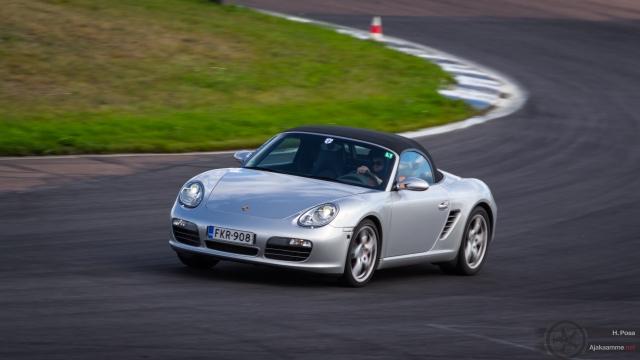 Katuautoja  ja kilpureita radalla ja parkissa: Porsche Club Festival