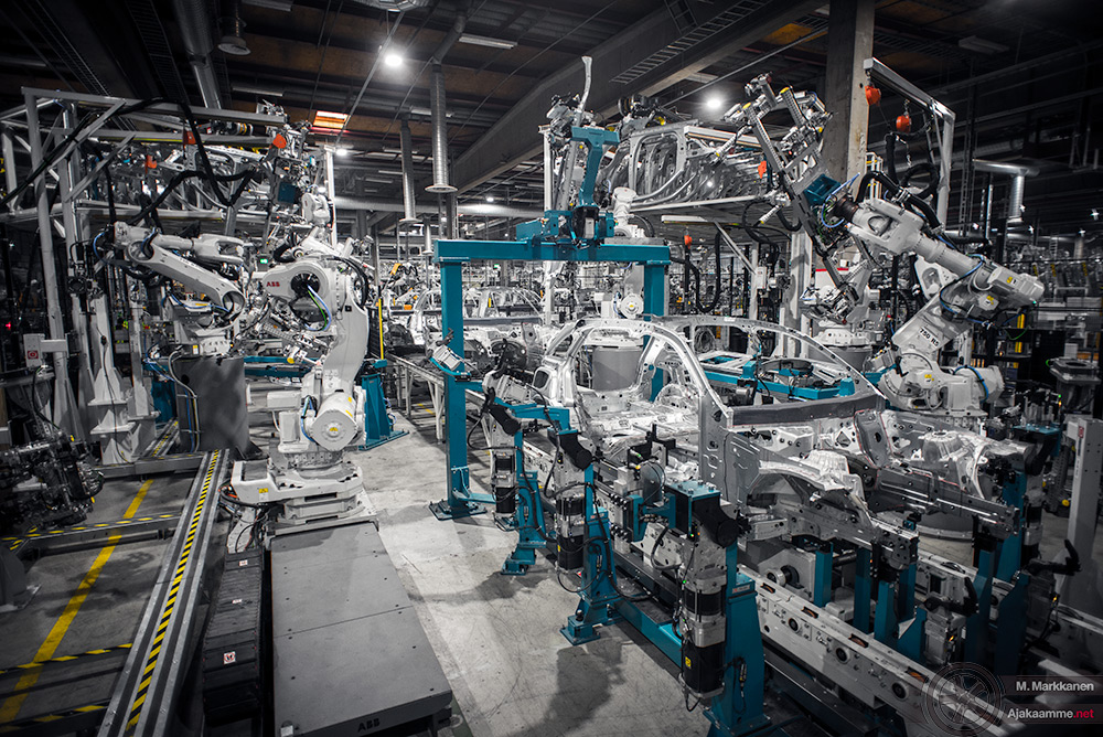 Uudenkaupungin autotehdas: hitsaamon tuotantolinjalla syntyy uusi Mercedes-Benz GLC.